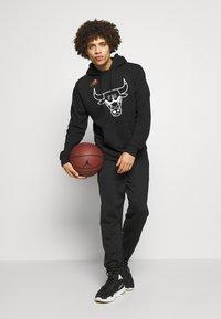 Mitchell & Ness - NBA TEAM LOGO HOODY CHICAGO BULLS - Klubové oblečení - white/black - 1