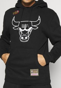 Mitchell & Ness - NBA TEAM LOGO HOODY CHICAGO BULLS - Klubové oblečení - white/black - 5