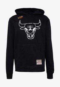 Mitchell & Ness - NBA TEAM LOGO HOODY CHICAGO BULLS - Klubové oblečení - white/black - 4