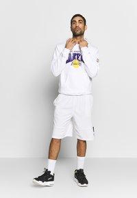 Mitchell & Ness - NBA LA LAKERS ARCH LOGO HOODY - Klubtrøjer - white - 1