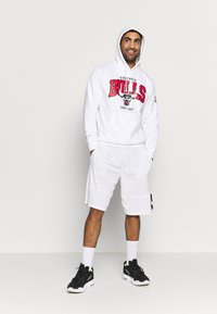 Mitchell & Ness - NBA CHICAGO BULLS ARCH LOGO HOODY - Fanartikel - white - 1