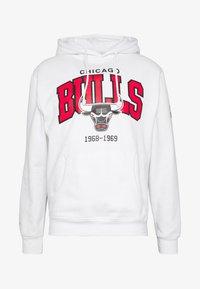Mitchell & Ness - NBA CHICAGO BULLS ARCH LOGO HOODY - Klubtrøjer - white - 4