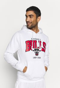 Mitchell & Ness - NBA CHICAGO BULLS ARCH LOGO HOODY - Fanartikel - white - 0
