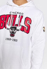Mitchell & Ness - NBA CHICAGO BULLS ARCH LOGO HOODY - Fanartikel - white - 5