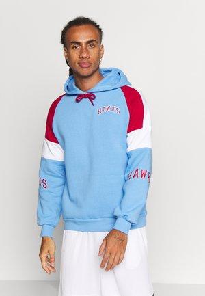NBA ATLANTA HAWKS INSTANT REPLAY HOODY - Klubové oblečení - light blue