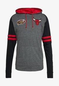 Mitchell & Ness - NBA CHICAGO BULLS LIGHTWEIGHT HOODY - Klubové oblečení - black - 4
