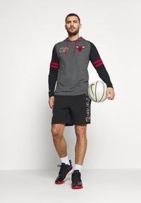 Mitchell & Ness - NBA CHICAGO BULLS LIGHTWEIGHT HOODY - Klubové oblečení - black - 1