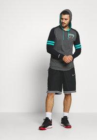 Mitchell & Ness - NBA VANCOUVER GRIZZLIES LIGHTWEIGHT HOODY - Klubové oblečení - black - 1