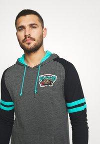 Mitchell & Ness - NBA VANCOUVER GRIZZLIES LIGHTWEIGHT HOODY - Klubové oblečení - black - 3