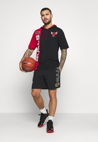 Mitchell & Ness - NBA CHICAGO BULLS SHORTSLEEVE SPLIT HOODY - Artykuły klubowe - black/red - 1