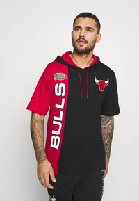 Mitchell & Ness - NBA CHICAGO BULLS SHORTSLEEVE SPLIT HOODY - Artykuły klubowe - black/red - 0