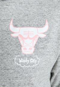 Mitchell & Ness - NBA CHICAGO BULLS SHORTSLEEVE HOODY - Klubové oblečení - grey heather/light pink - 5