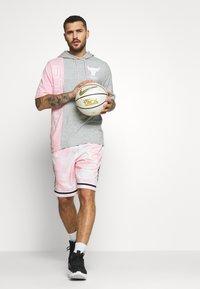 Mitchell & Ness - NBA CHICAGO BULLS SHORTSLEEVE HOODY - Klubové oblečení - grey heather/light pink - 1