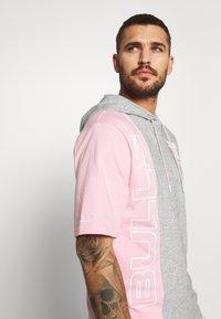 Mitchell & Ness - NBA CHICAGO BULLS SHORTSLEEVE HOODY - Klubové oblečení - grey heather/light pink - 3