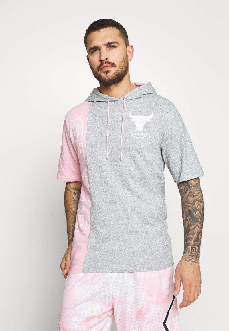 Mitchell & Ness - NBA CHICAGO BULLS SHORTSLEEVE HOODY - Klubové oblečení - grey heather/light pink
