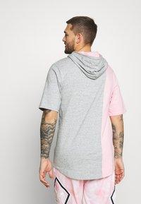 Mitchell & Ness - NBA CHICAGO BULLS SHORTSLEEVE HOODY - Klubové oblečení - grey heather/light pink - 2