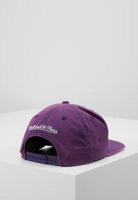 Mitchell & Ness - NBA LA LAKERS SNOW WASHED NATURAL SNAPBACK - Kšiltovka - purple - 3