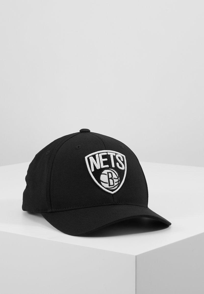 Mitchell & Ness - NBA BROOKLYN NETS BLACK AND WHITE LOGO PANEL - Kšiltovka - black