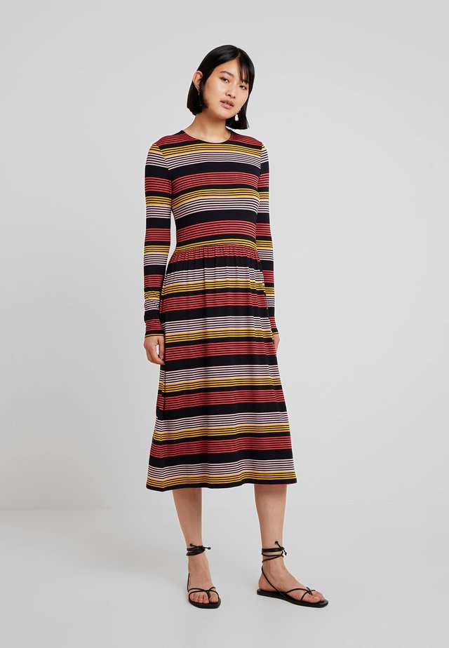 ROSS STRIPE DRESS - Žerzejové šaty - fire