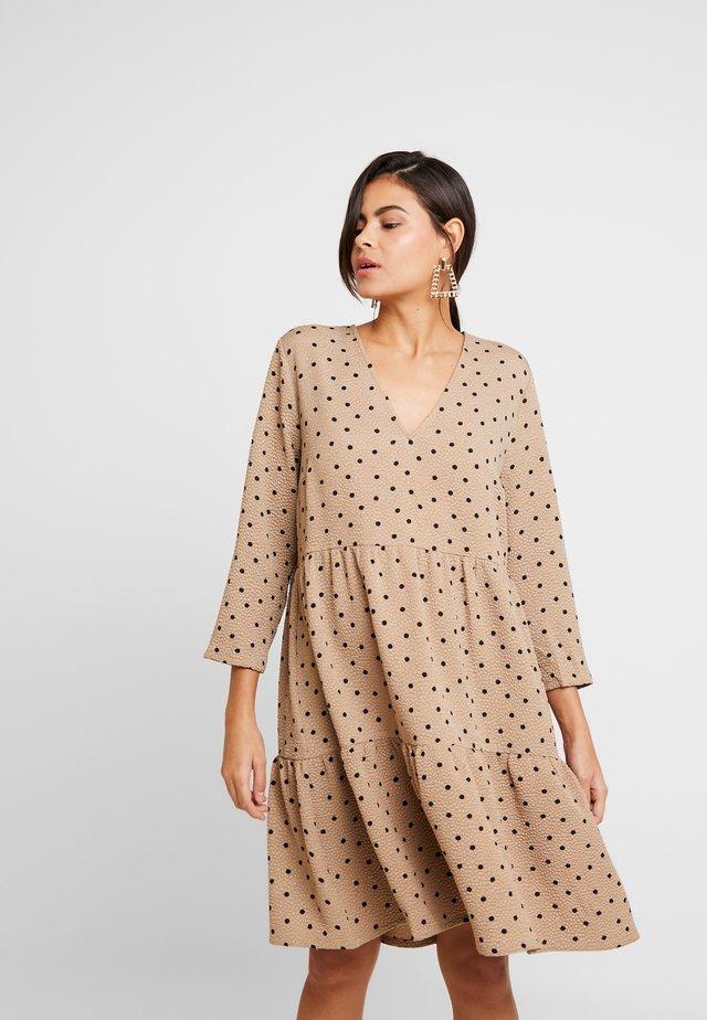 RICHIE PRINT DRESS - Day dress - camel