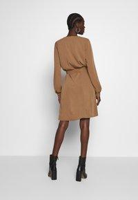 Modström - BELLEVUE DRESS - Skjortekjole - warm camel - 2