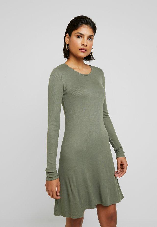KROWN FLARE DRESS - Gebreide jurk - dark khaki
