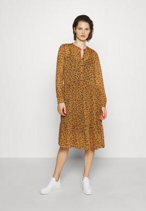TINYA PRINT DRESS - Košilové šaty - camel