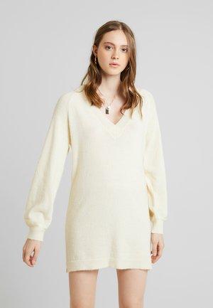SAVILLA DRESS - Strikket kjole - birch