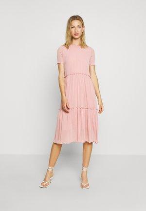 NAKKI - Pletené šaty - cashmere rose