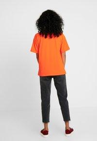 Moves - ZILVA - T-shirts - neon orange - 2