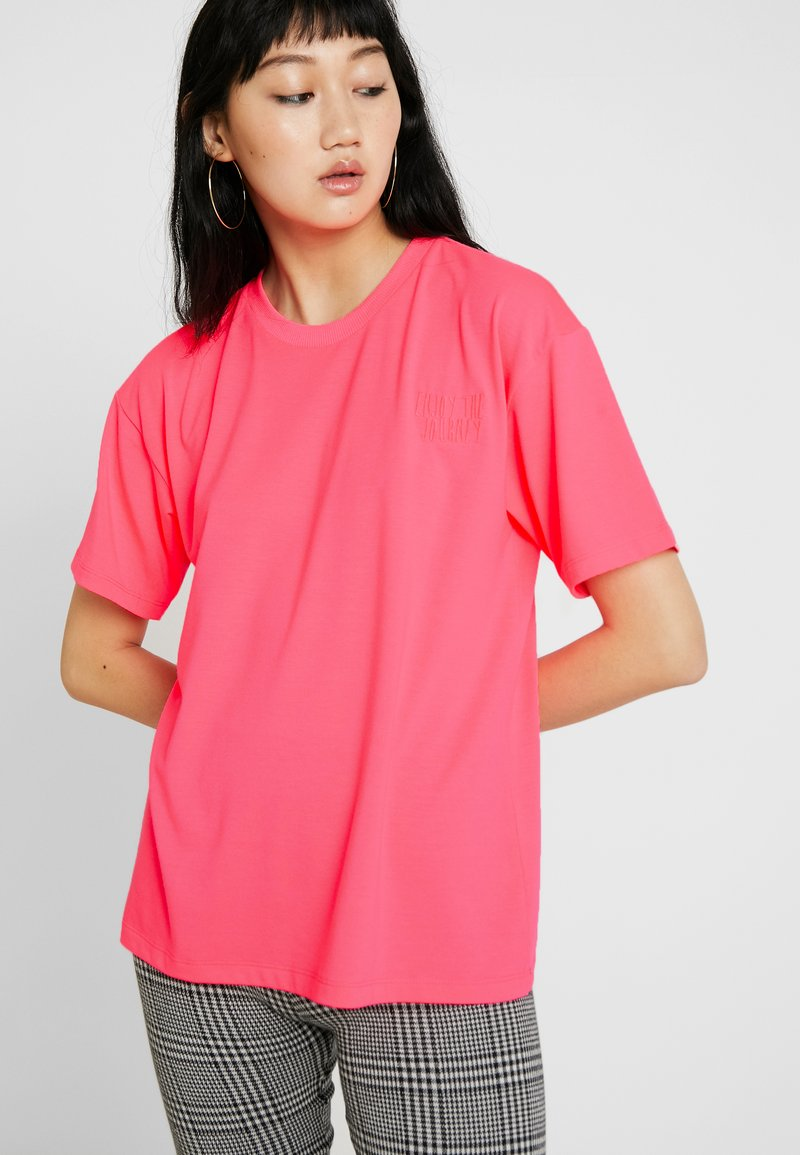 Moves - ZILVA - Basic T-shirt - neon pink
