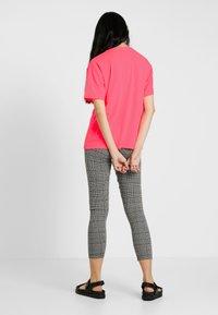 Moves - ZILVA - Basic T-shirt - neon pink - 2
