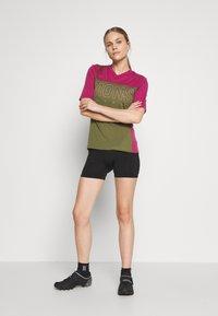 Mons Royale - PHOENIX ENDURO - T-shirts print - khaki/rose - 1