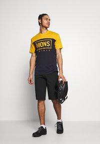 Mons Royale - REDWOOD ENDURO - T-shirts print - gold/iron - 1