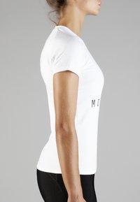 MOROTAI - Print T-shirt - white/black - 3