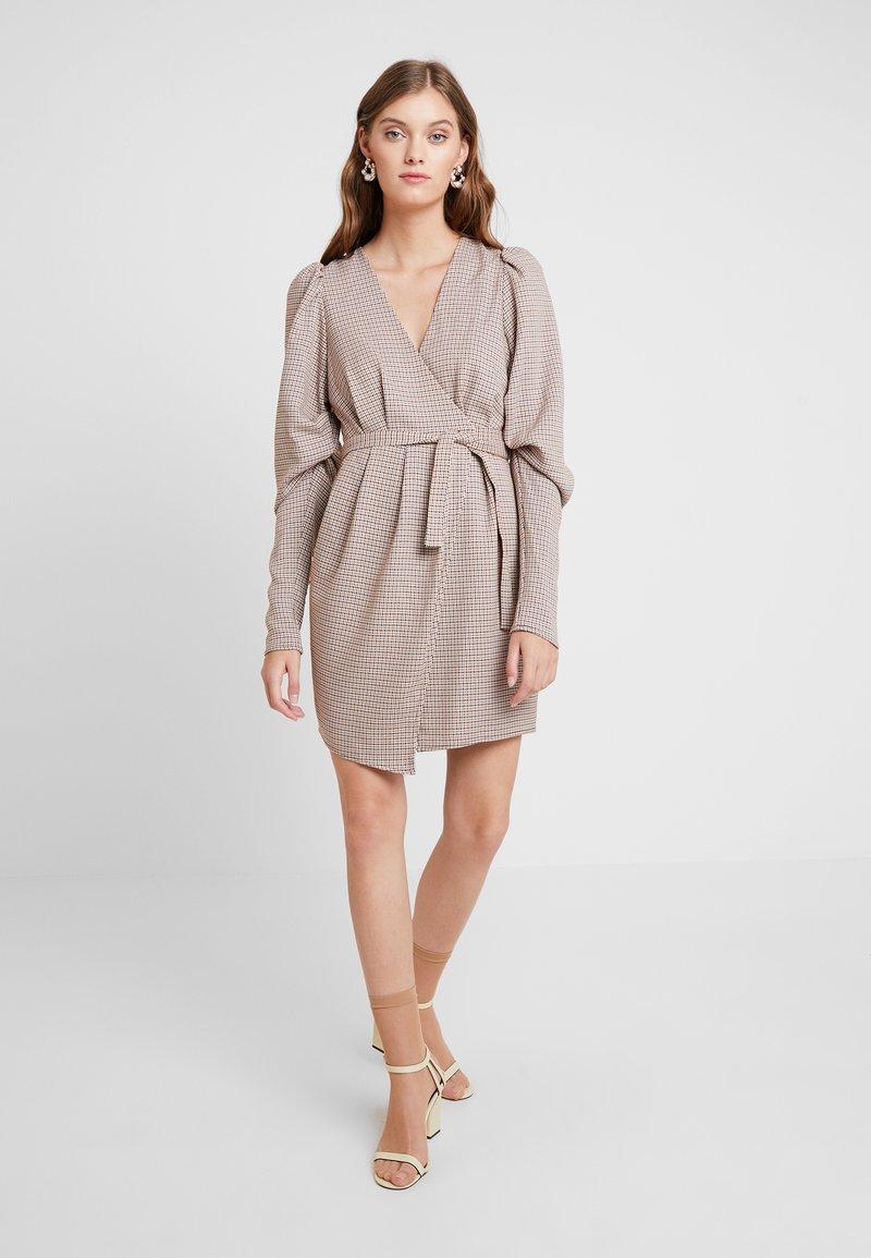 Mossman - THE CHECK MATE MINI DRESS - Denní šaty - brown
