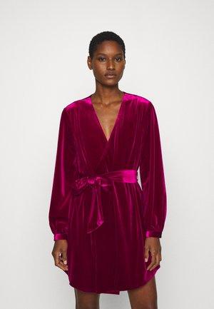 THE JAGGER MINI DRESS - Koktejlové šaty/ šaty na párty - berry