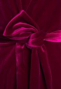 Mossman - THE JAGGER MINI DRESS - Vestito elegante - berry - 2