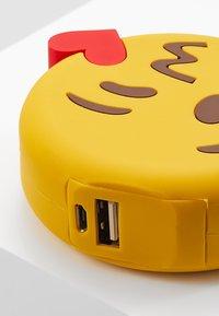 mojipower - KISSING WINKEXTERNAL BATTERY - Power bank - yellow - 2