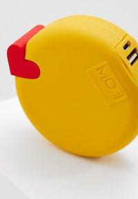 mojipower - KISSING WINKEXTERNAL BATTERY - Power bank - yellow - 7