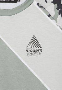 Modern Native - SUB TEE - Print T-shirt - green - 4