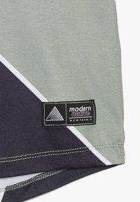Modern Native - SUB TEE - Print T-shirt - green - 2
