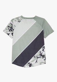 Modern Native - SUB TEE - Print T-shirt - green - 1
