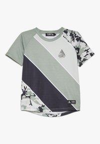 Modern Native - SUB TEE - Print T-shirt - green - 0