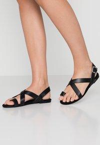 Monki - CISSI SANDAL - Sandály s odděleným palcem - black - 0