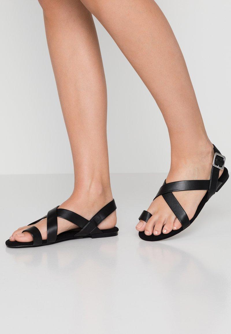 Monki - CISSI SANDAL - Sandály s odděleným palcem - black