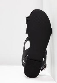 Monki - CISSI SANDAL - Sandály s odděleným palcem - black - 6