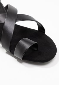 Monki - CISSI SANDAL - Sandály s odděleným palcem - black - 2
