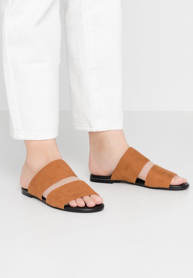 HANNA - Pantolette flach - brown