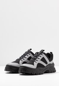 Monki - HEDVIG - Matalavartiset tennarit - black/silver - 4